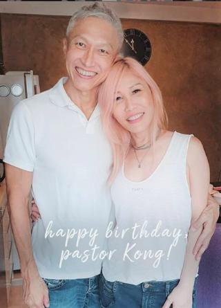 康希牧師出獄後與妻子合照,城市豐收教會祝他生日快樂。(圖:城市豐收教會Instagram)