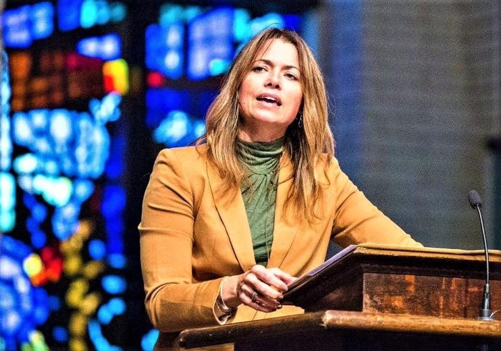女神學家艾米·白德[Aimee Byrd]在講壇證道。(圖:Aimee Byrd Twitter)