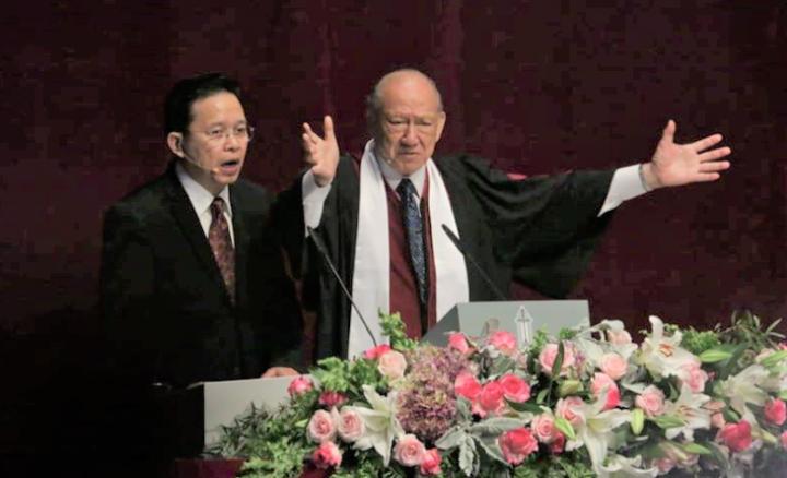 唐崇榮牧師[右]。(圖:歸正福音教會臉書)