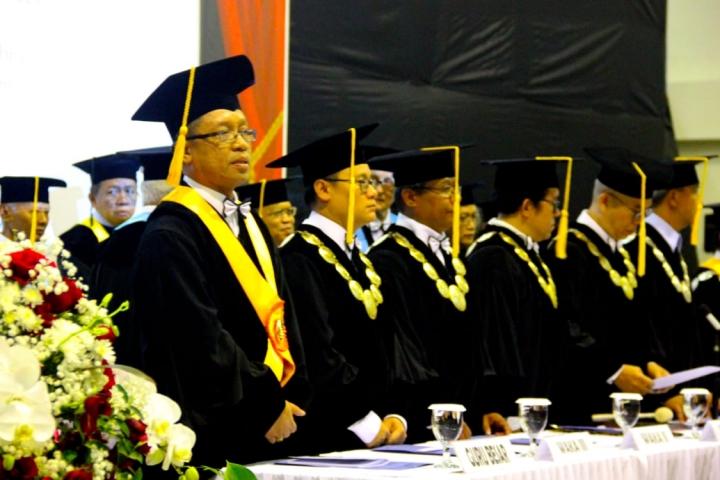 蘇納爾科[左一]在德里亞卡拉哲學院就職典禮。(圖:Mirifica news)