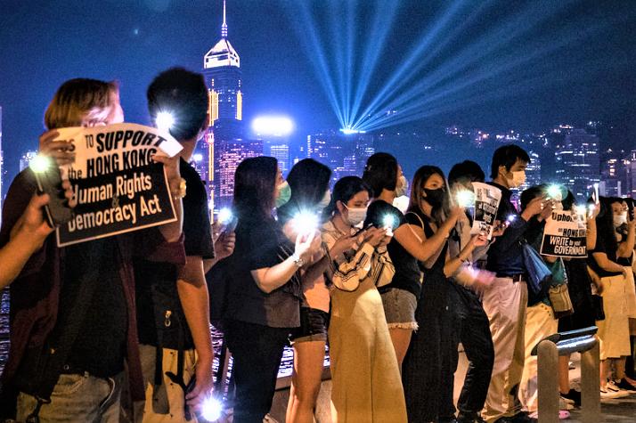 香港示威者舉起標語支持美國國會通過2019《香港人權與民主法》。(圖:Studio Incendo)