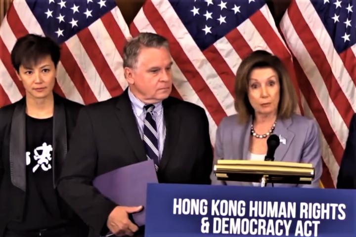 美國眾議院議長佩洛西在國會山發言支持香港的法治民主和人權。(圖:視頻擷圖)