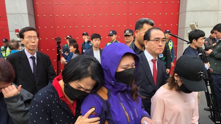 脫北女孩與母親在韓國駐中國大使館示威。(圖:美國之音)