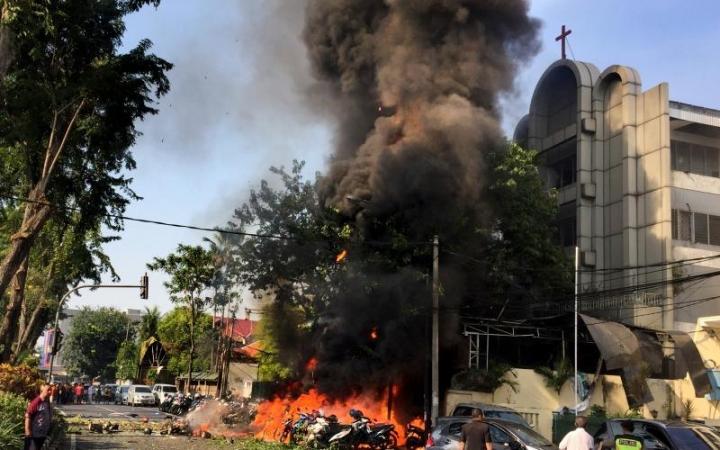 去年5月泗水五旬節教堂遭炸彈襲擊。(圖:路透社)