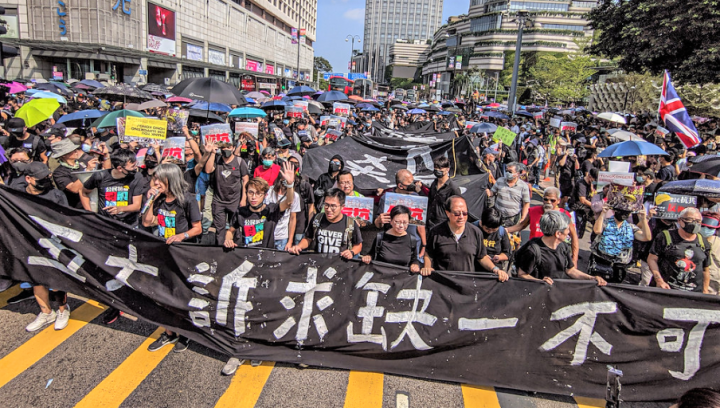 示威者拉起橫額遊行。(圖:Studio Incendo)