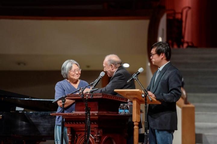 唐崇榮牧師在洛杉磯佈道會重遇30年前台灣跟他信主的姊妹。(圖:唐崇榮國際佈道團)