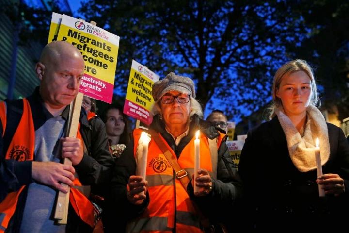 市民手持燭光在倫敦威斯敏斯特內政部外為喪生者默哀。(圖:Essex PA Network)