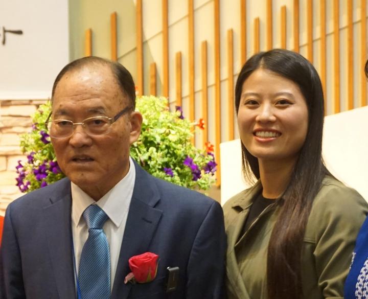 尹約翰[左]與長大成人的脫北女孩喬恩典[右]。(圖:knkx.com)。