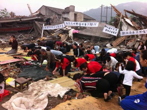 中國一些教會被當局強行拆毀,信徒在散落的瓦礫堆中繼續進行崇拜。(圖:對華援助會)