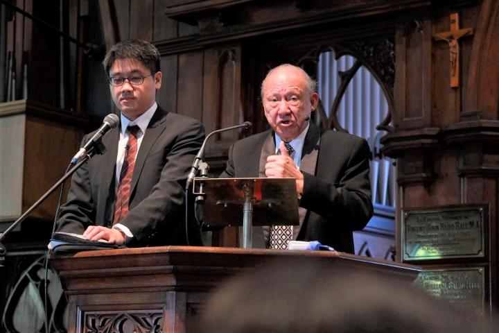 唐崇榮牧師[右]在澳紐佈道會奧克蘭教會講解上帝與政權。(圖:唐崇榮牧師澳紐佈道會臉書)