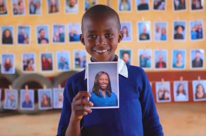 兒童從相片中揀選助養人。(圖:世界宣明會網站)
