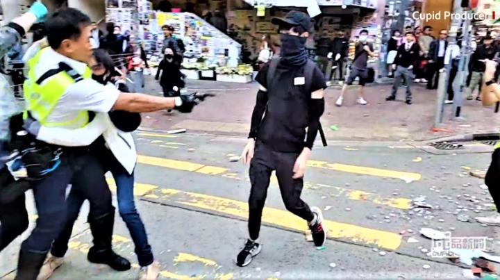 交通警向青年開槍一刻。(圖:cupid produce facebook)