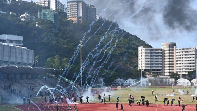 警方在中文大學施放過百枚催淚彈。(圖:GETTY IMAGES)