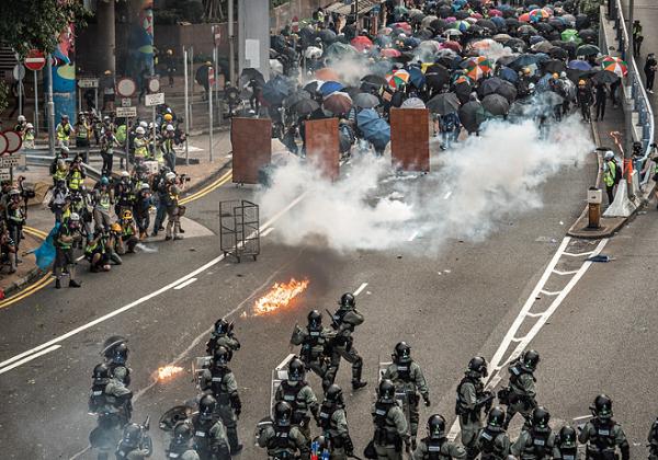 警民在激烈衝突中施放大量催淚彈。(圖:網絡)