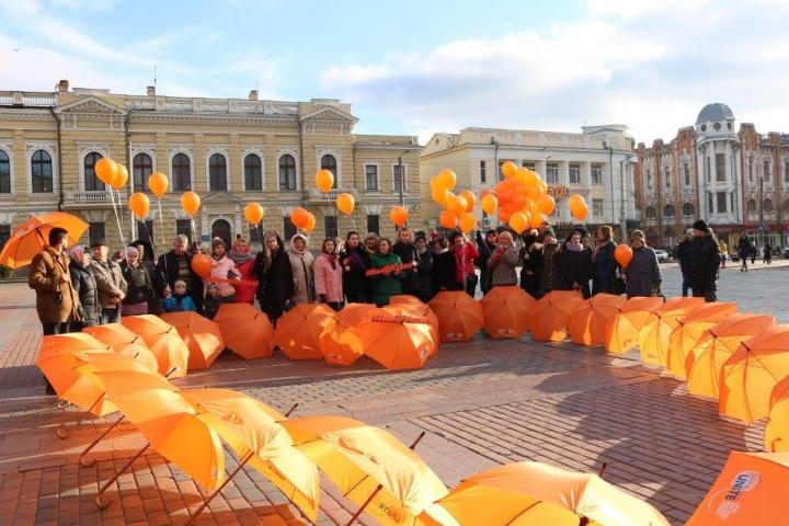 烏克蘭婦女高舉橙球參與16天抗暴運動。(圖:聯合國烏克蘭網)