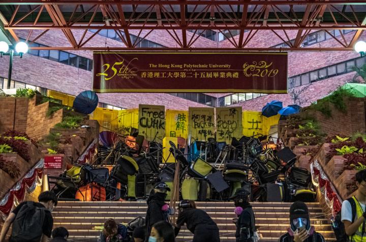 理工大學示威者以離物阻擋防暴警進入校園。(圖:Studio Incendo 追蹤)