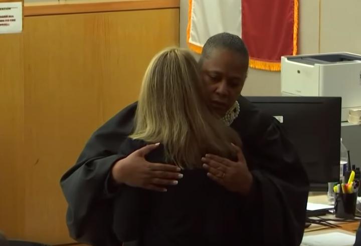 法官塔米·肯普擁抱判刑的女警。(圖:視頻擷圖)