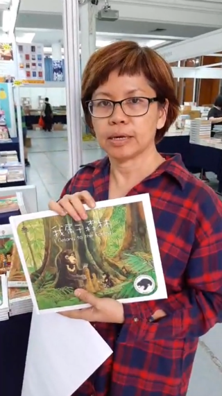 參展商在尊孔獨立中學展場介紹童書。(圖:文橋傳播中心臉書)