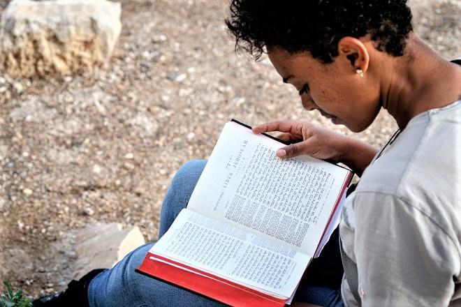 埃塞俄比亞威克理夫顧問費卡都 [Zetseat Fekadu]學習希伯來文協助翻譯事工。(圖:威克理夫國際聯會網)
