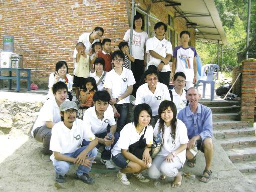 胡頌恒神父[前排右一]與學生到肇慶探訪馬可波羅中心的失學兒童。(圖:公教報)