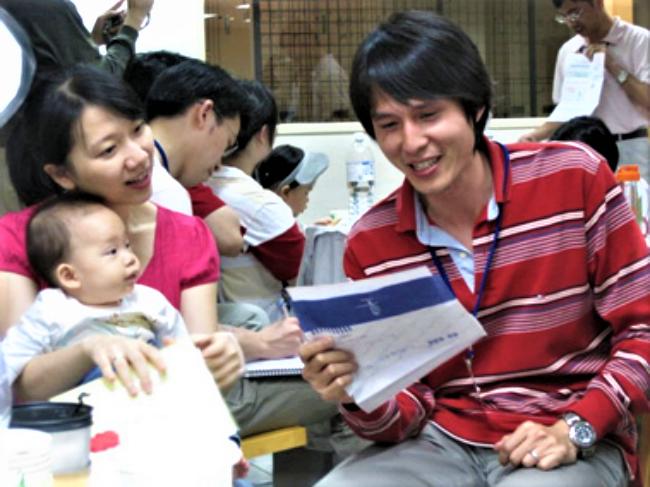爸爸學校學員與家人上堂體驗。(圖:網絡圖片)