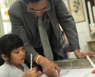 陳在惠牧師探訪花蓮星光班的小朋友。(圖:種籽公益慈善協會臉書)