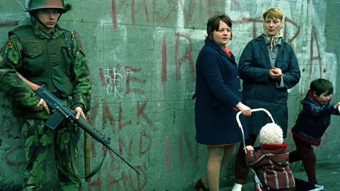 鄧瑞強提到1972年英軍在北愛地區開槍射殺手無寸鐵遊行人士,有歌手以詩篇40篇創作歌曲質問神拯救何時到。(圖:The Times)
