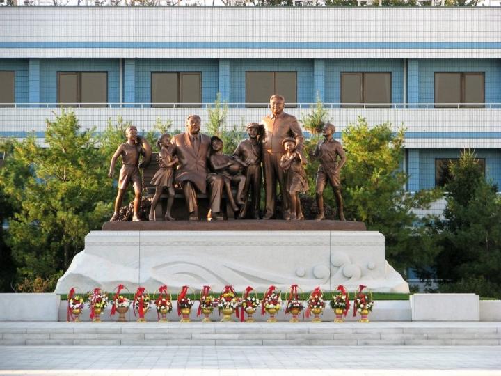 紀念北韓金氏家族的雕像。(圖:敞開的門)