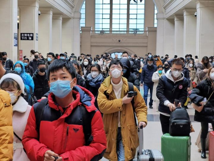 武漢漢口火車站關閉,大批市民等待離開。(圖:紐約時報中文網)
