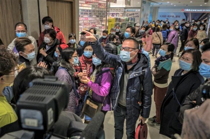 大批市民在藥房前輪侯買口罩。(圖:Studio Incendo)