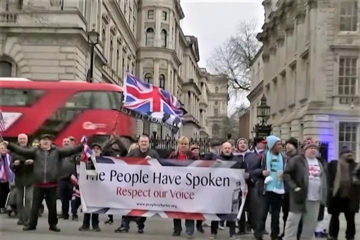 民眾上街抗議英國脫歐。(圖:美國之音)