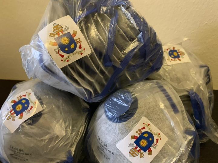 梵蒂岡向中國捐贈60萬口罩,包裹內部有教宗方濟各的牧徽。(圖:梵蒂岡新聞網)