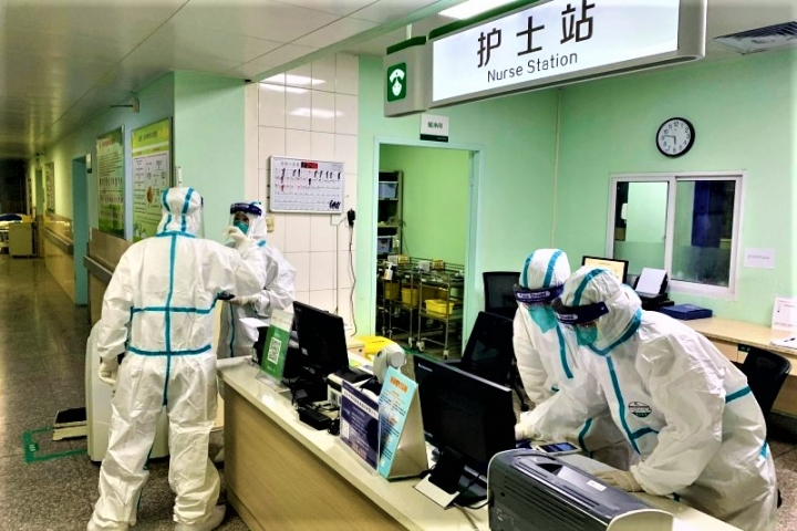 武漢醫護忙於處理疫情。(圖:法新社)