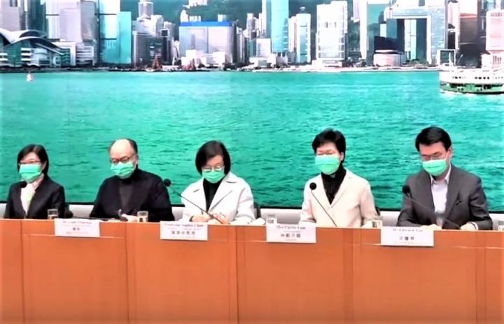 行政長官林鄭月娥與政府官員在記者會交代新肺炎疫情。(圖:視頻擷圖)