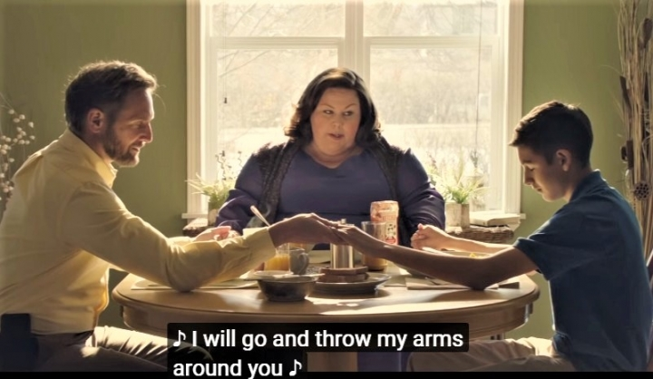 電影《不可能的奇蹟》梅茲[中]飾演信靠上帝的母親。(圖:視頻擷圖)
