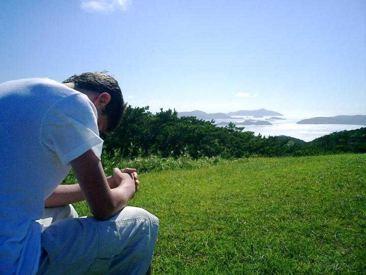 禱告免人陷於試探。(圖:FreeImage)