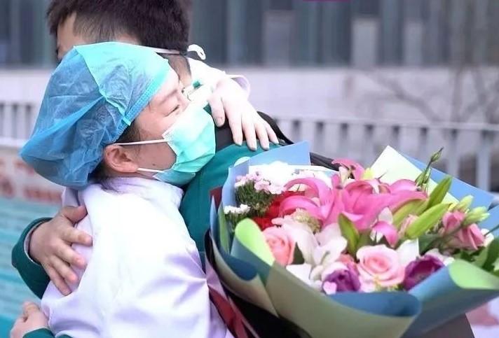 治癒者出院與親人擁抱。(圖:京報網)