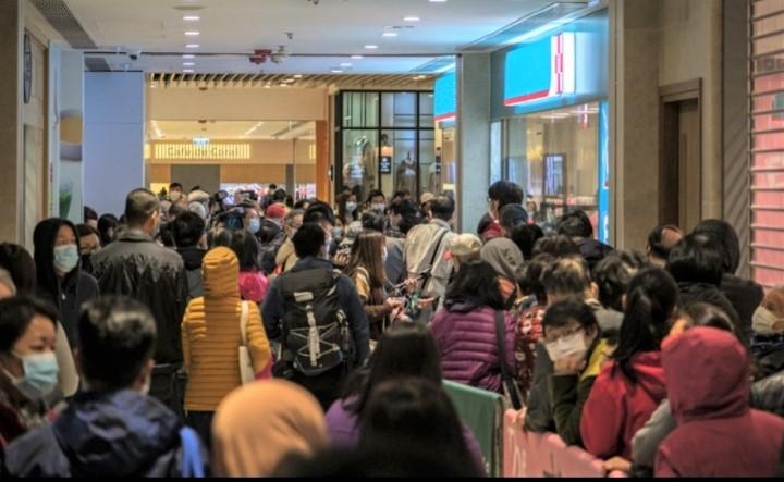 大批市民在連鎖藥房前輪候口罩。(圖:Studio Incendo)