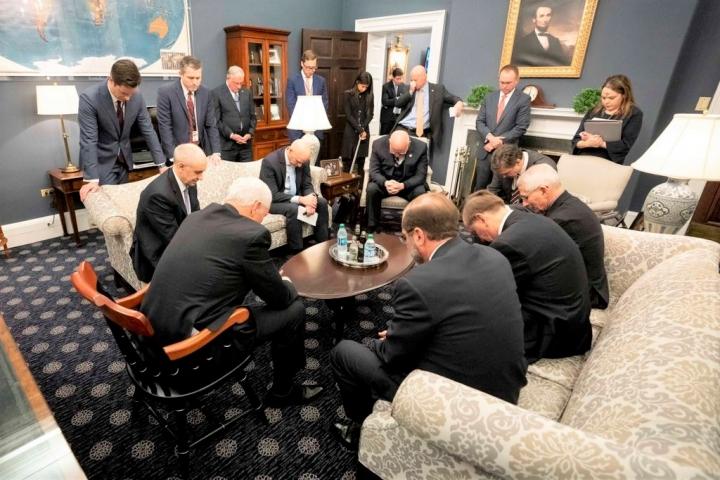 彭斯與團隊在辦公室祈禱。 (圖:葛福臨 Twitter )