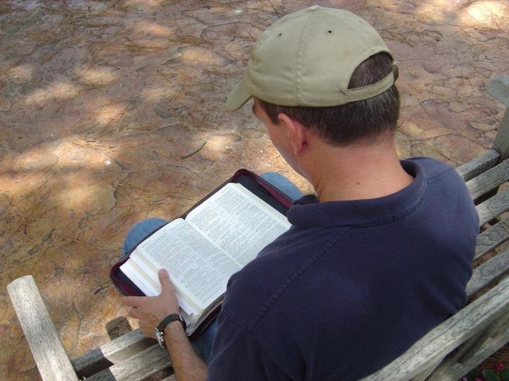 父母子女恆常到教會,子女愛上讀經。(圖:FreeImage)