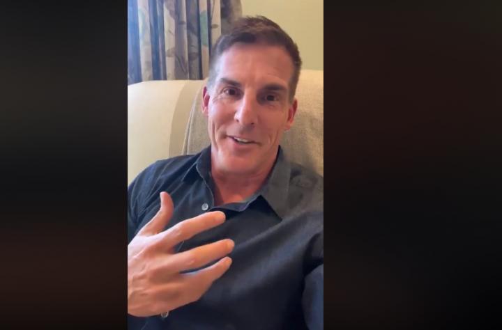 克雷格在視頻講述隔離事件。(圖:克雷格臉書)