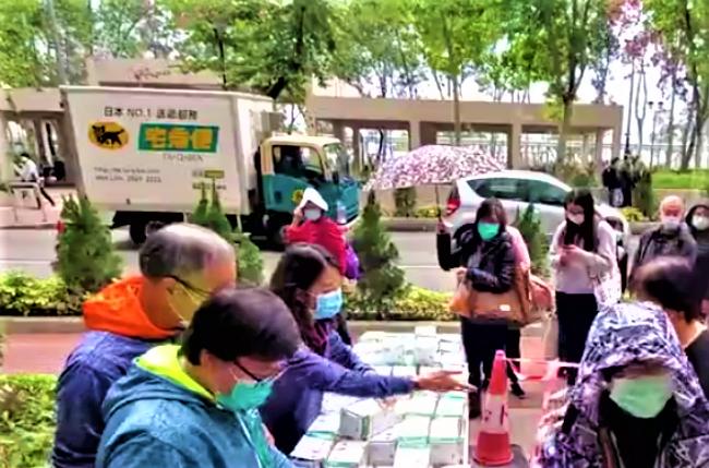 荃灣有教會上月在街頭派口罩。(圖:視頻擷圖)