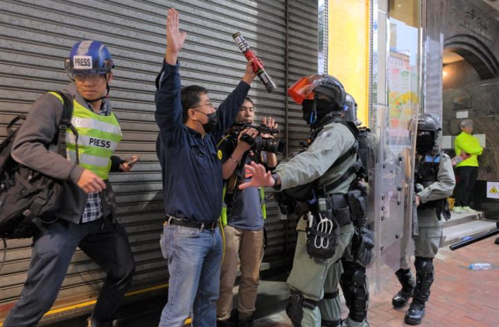 警察在街頭搜捕示威者。(圖: Studio Incendo)