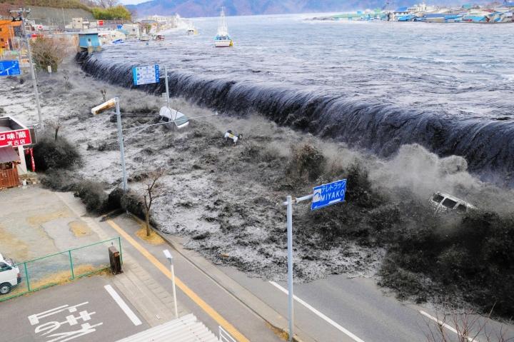 日本「311大地震」引發的海嘯超過20米沿岸4公里地區遭淹沒。(圖:美聯社)