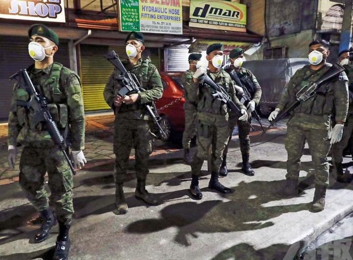 菲律賓軍警街頭荷槍實彈執行封城令。(圖:網絡圖片)