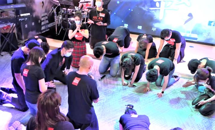 眾藝人圍圈跪下祈禱。(圖:藝起發光臉書)