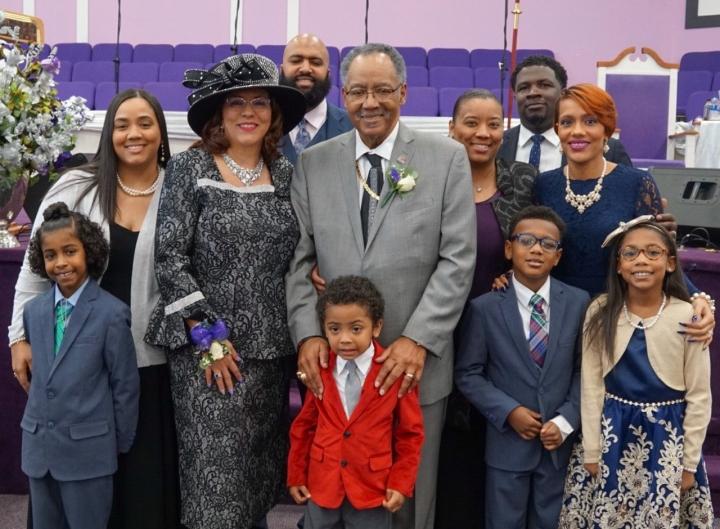 格倫牧師[中間]與家人。(圖:網絡圖片)