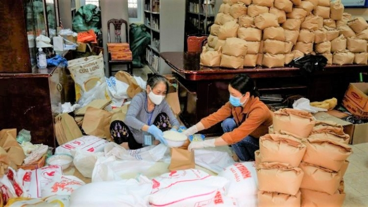 越南總教區分發大米糧食給受助家庭。(圖:梵蒂岡網)