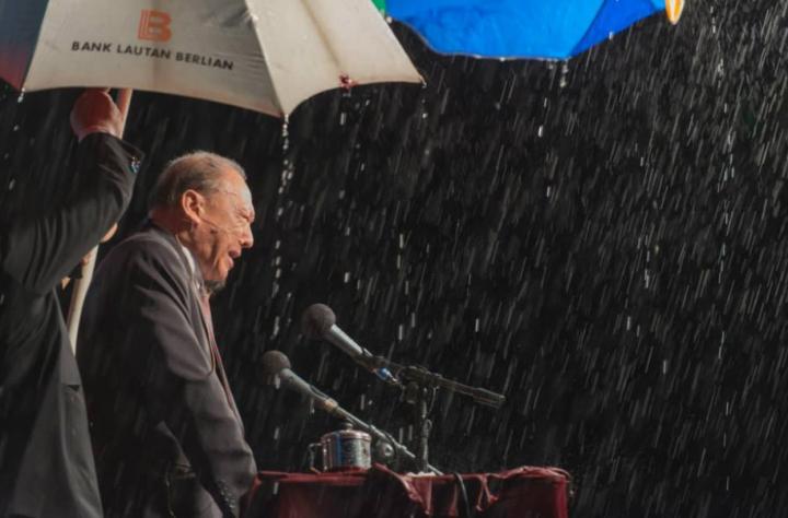 唐崇榮牧師於印尼在暴雨中佈道。 (圖:KPIN Kota 81- Timika)