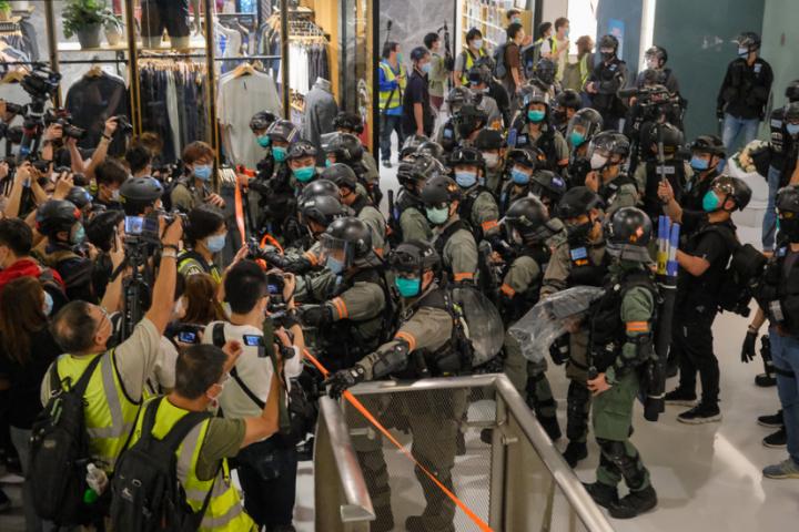 抗爭者在商場與防暴警對峙。(圖:Studio Incendo)
